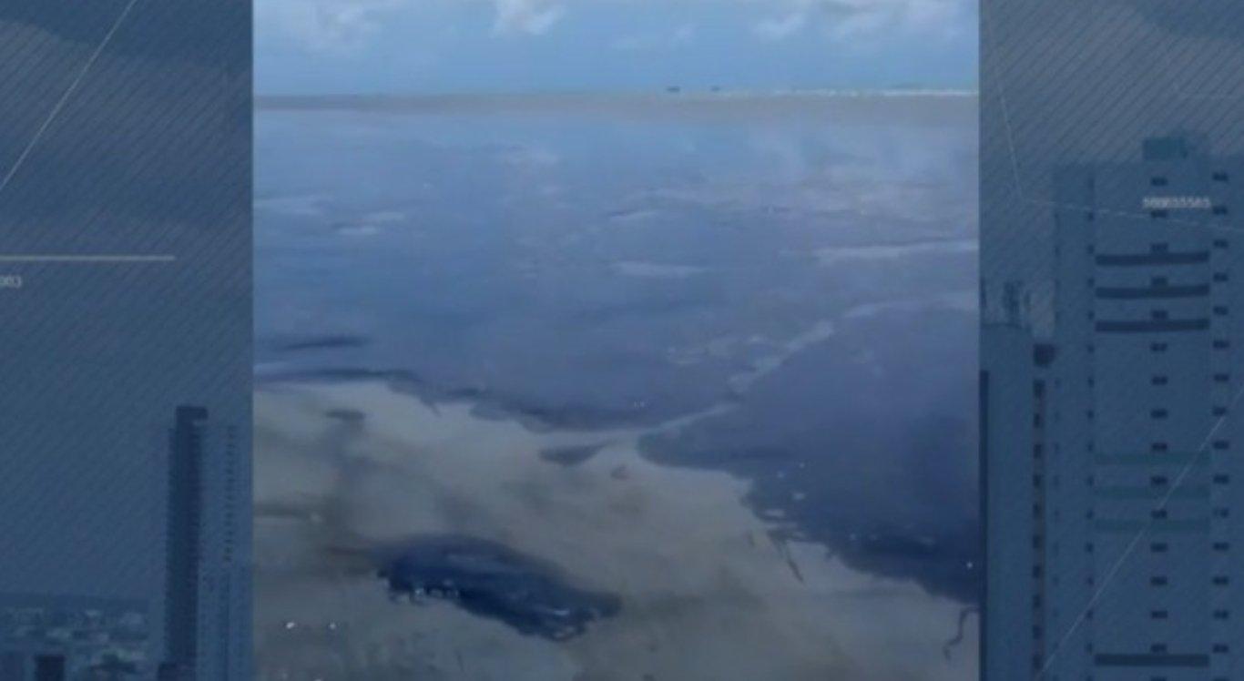 Manchas de óleo chegam à praia de Japaratinga, em Alagoas