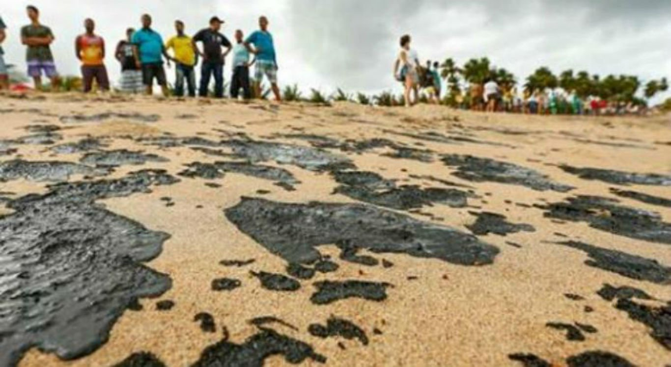 Manchas de óleo começaram a aparecer na praia de Japaratinga na última terça-feira (15)
