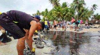 Manchas de óleo avançam em Pernambuco e chegam à praia dos Carneiros