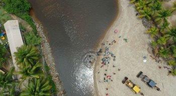 Grupo trabalha para retirar o óleo na foz do Rio Persinunga, na divisa entre Pernambuco e Alagoas