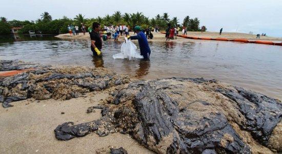 Quantidade grande óleo retirado do mar na divisa entre as praias de Peroba-AL e São José da Coroa Grande-PE