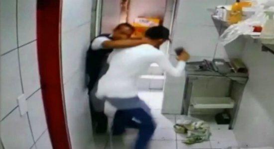 Vídeo: criminosos assaltam mercado e atiram em funcionário no Cordeiro
