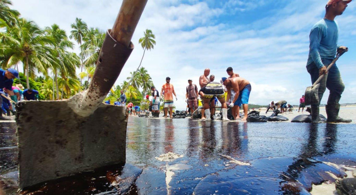 Manchas de óleo chegam a uma das principais praias do litoral nordestino, a dos Carneiros