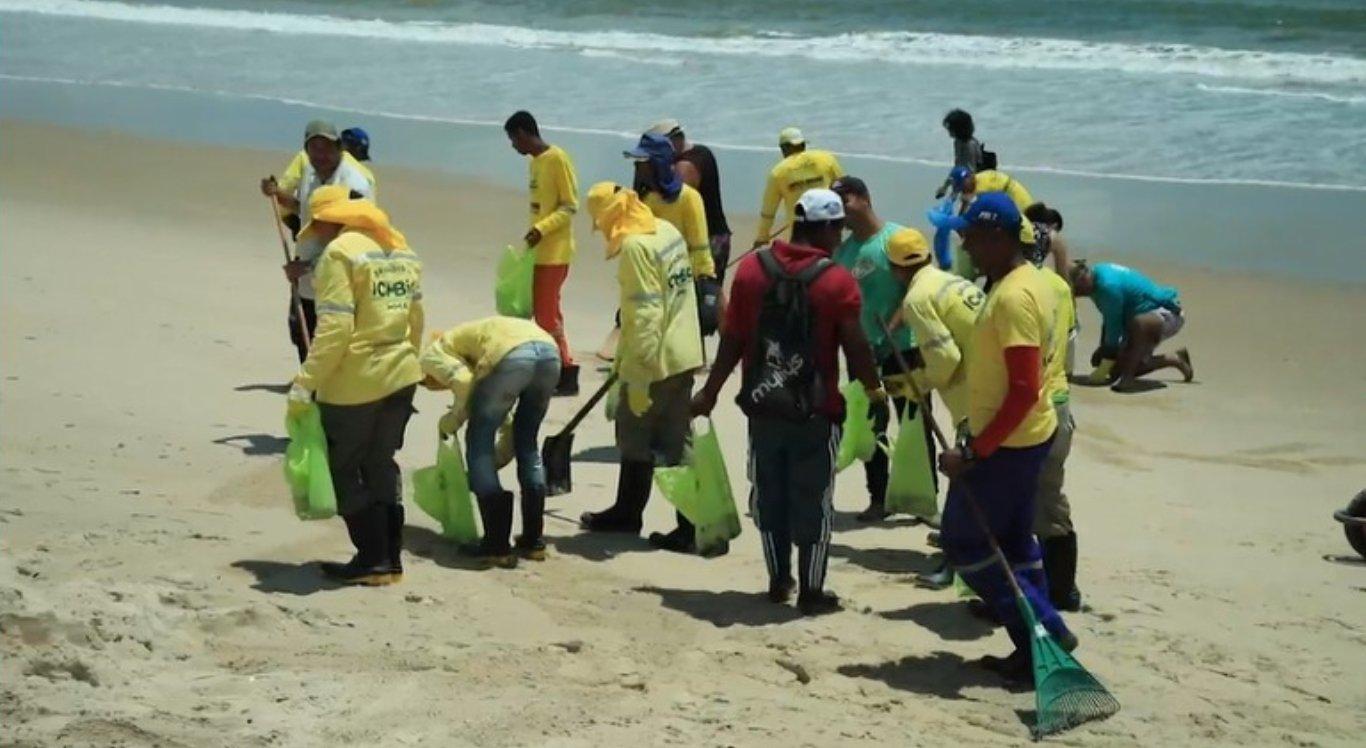 Voluntários, marinha, corpo de bombeiros e Polícia se juntaram para retirar as manchas