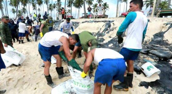 Manchas de óleo atingem Praia do Paiva