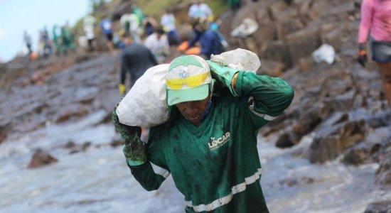 Exército, Marinha e voluntários,  limpam a praia de Itapuama, no Cabo de Santo Agostinho