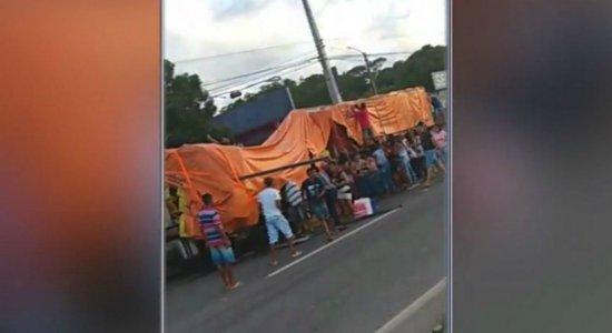 Caminhão de cerveja tem carga saqueada após tombar em Igarassu