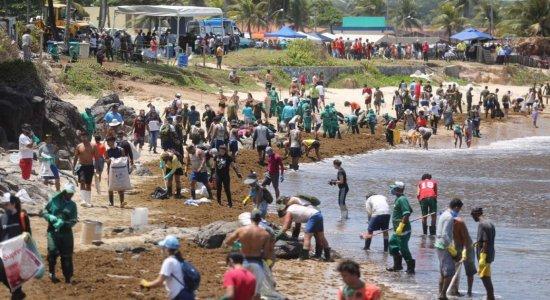 Praia de Itapuama é vistoriada após resíduos de petróleo serem achados