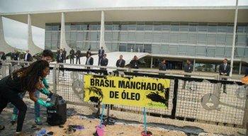 Ativistas do Greenpeace foram detidos após protestarem em frente ao Palácio do Planalto, em Brasília