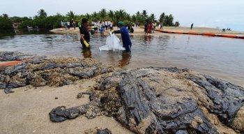 Retirada de óleo do Rio Persinunga, que fica na divisa entre Pernambuco e Alagoas