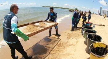 Manchas de óleo chegaram à praia de Barra de Jangada, em Jaboatão dos Guararapes