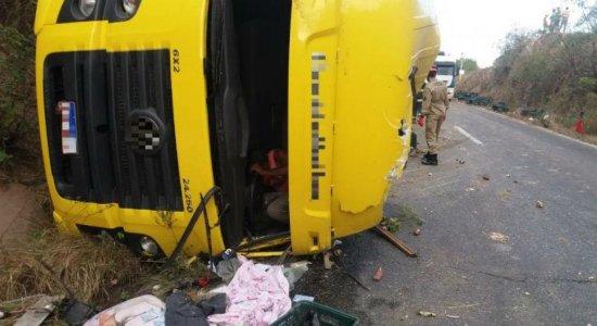 Caminhão tomba, motorista fica ferido e carga é saqueada na BR-232