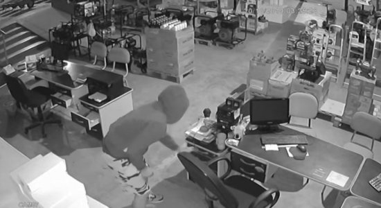 Câmera de segurança mostra suspeitos entrando em local