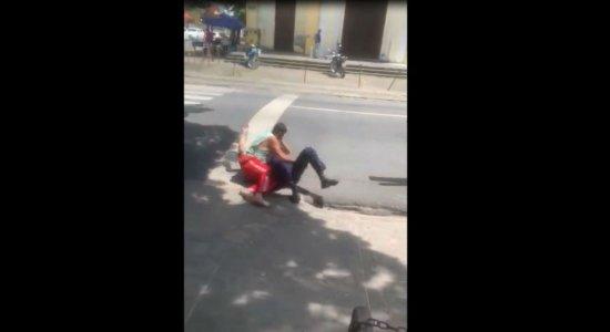Vídeo: segurança e beneficiário do INSS trocam socos em frente de agência no Recife
