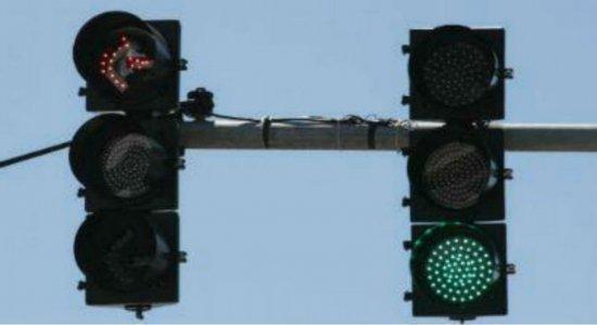 Recife: motoristas que avançarem sinal das 22h às 5h não serão multados