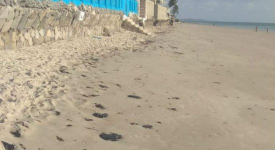 Manchas de óleo chegam à Ilha de Itamaracá, no litoral norte de PE