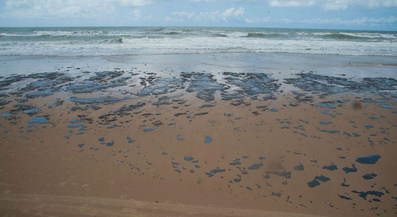 Praias do litoral nordestino estão sendo contaminadas com manchas de óleo