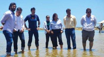 Ministro entrou no mar de Porto de Galinhas e disse que banho de mar é seguro