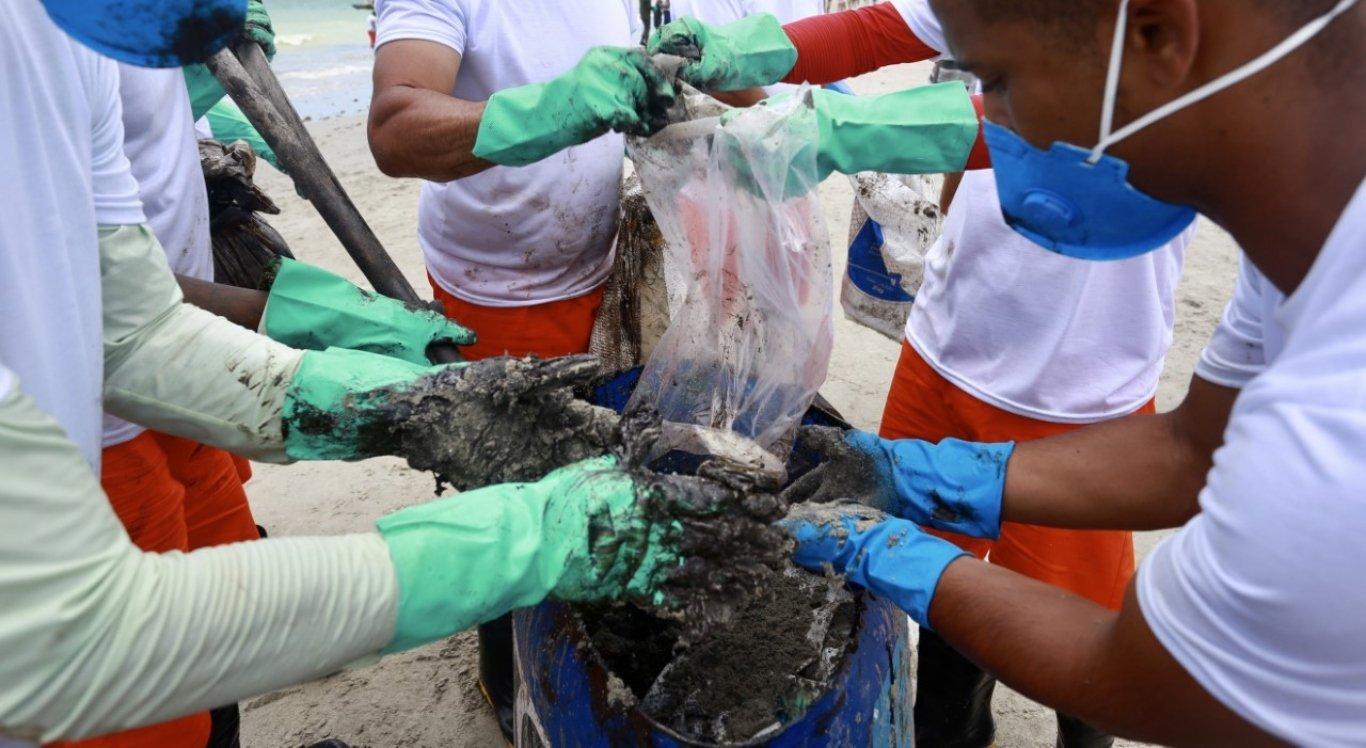 Governo inicia coleta e análise de amostras da água das praias atingidas pelas manchas de óleo