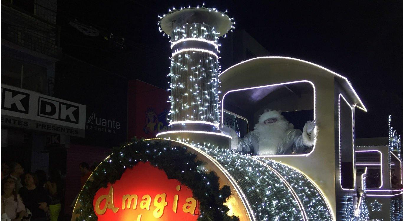 Desfiles do Papai Noel da Avenida Santo Antônio atraem milhares de pessoas