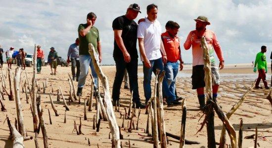 Paulo Câmara acompanha limpeza e contenção de óleo em Tamandaré