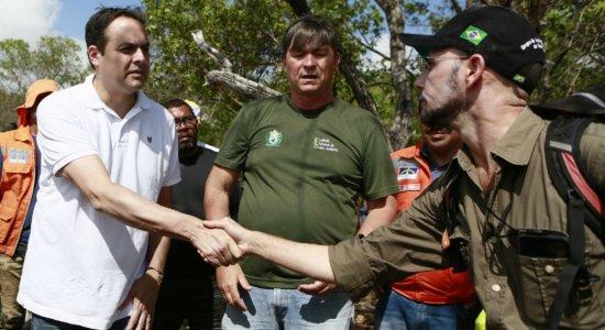 Paulo Câmara acompanha trabalhos de contenção de óleo em Tamandaré