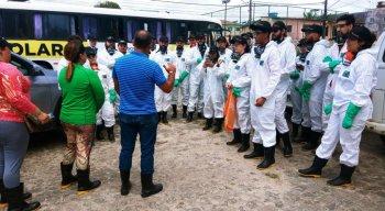 Voluntários reunidos para limpeza na Ilha de Itamaracá