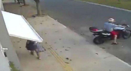 Viral: motoqueiro fecha porta e mulher é ''engolida'' pela garagem