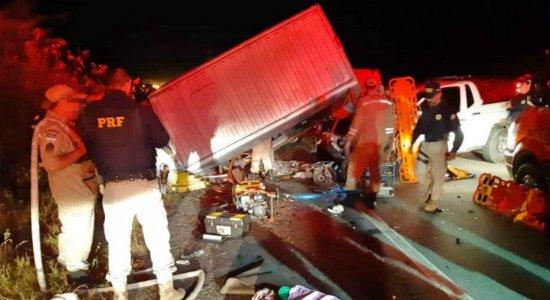Acidente entre van e caminhonete deixa um morto e 13 feridos na BR-232