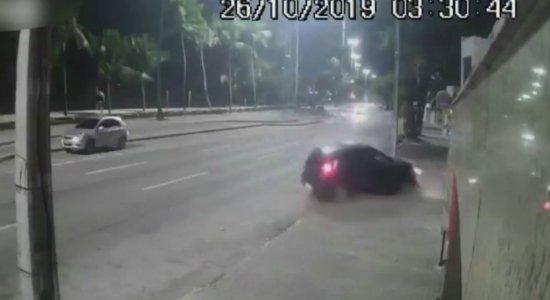 Motorista perde controle e colide com prédio na Avenida Boa Viagem