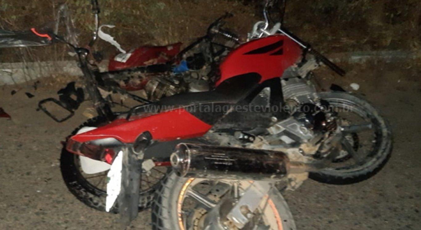 Uma das motocicletas estava na contramão e colidiu de frente com a outra