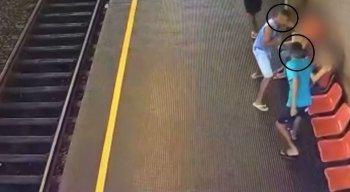 A ação foi registrada por câmeras de segurança do metrô do Recife