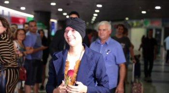 Débora chegou no Aeroporto Internacional do Recife acompanhada do namorado e de familiares