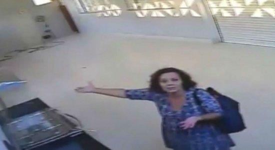 Mulher ''engolida'' por garagem aparece confusa em novo vídeo; veja