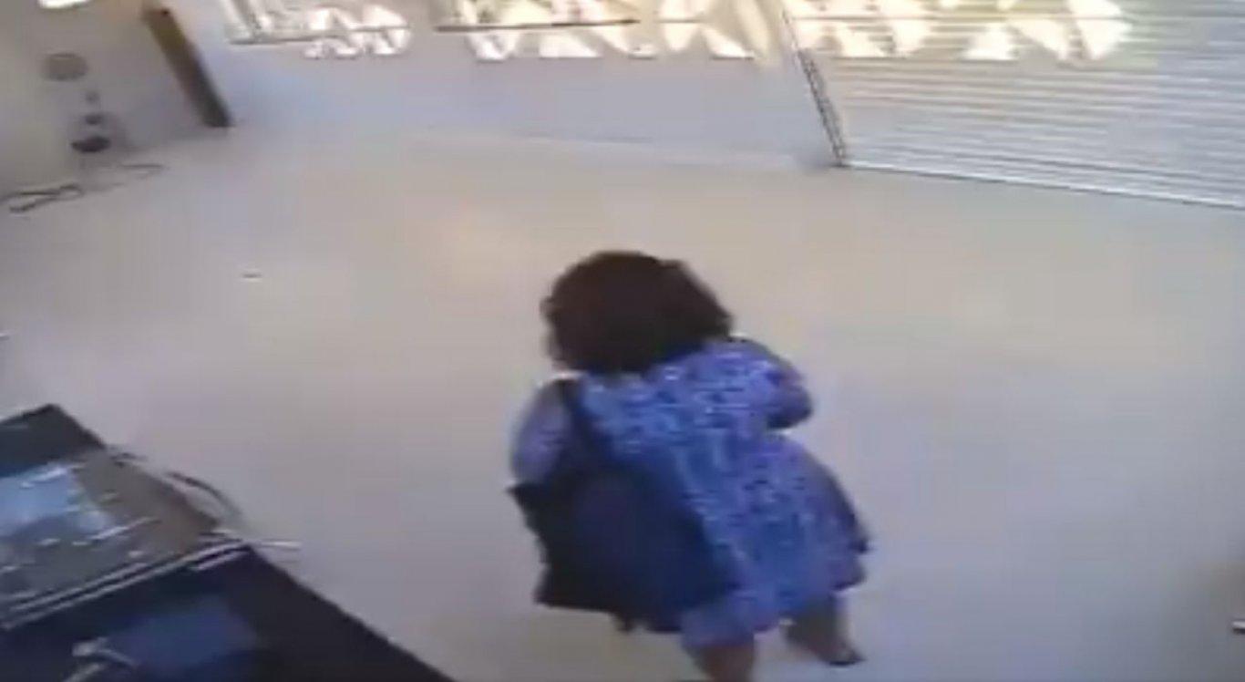Filha da senhora que ficou presa na casa de um desconhecido comenta o que aconteceu durante a hora que a mãe dela passou na casa