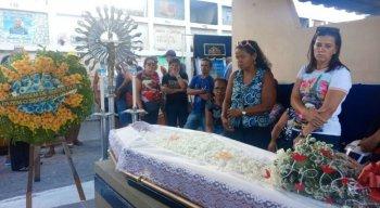 O caixão com o corpo do porteiro foi carregado pelo pai e outros parentes. Durante o sepultamento, o choro deu lugar ao silêncio