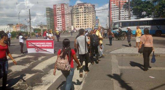 Motoristas e cobradores de ônibus protestam em pontos do Grande Recife