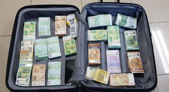 Taxista é apreendido com 400 mil euros dentro de mala no Aeroporto do Recife