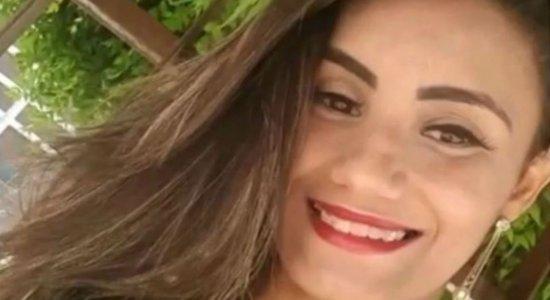 Corpo de mulher é encontrado em terreno baldio com vários disparos de arma de fogo