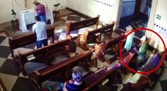 Vídeo: mulher tem celular roubado enquanto faz oração na igreja