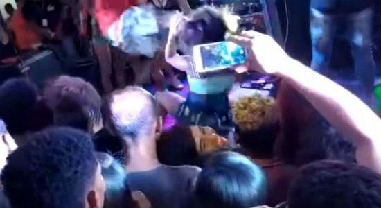 Vídeo: mulher leva chute de namorado no rosto por dançar em palco