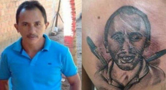 Caneta Azul: homem faz tatuagem de dono do hit no peito