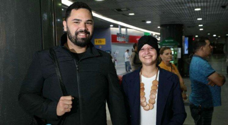 Débora Dantas voltou ao Recife acompanhada pelo namorado, Eduardo Tumajan, na madrugada da última terça-feira (29)
