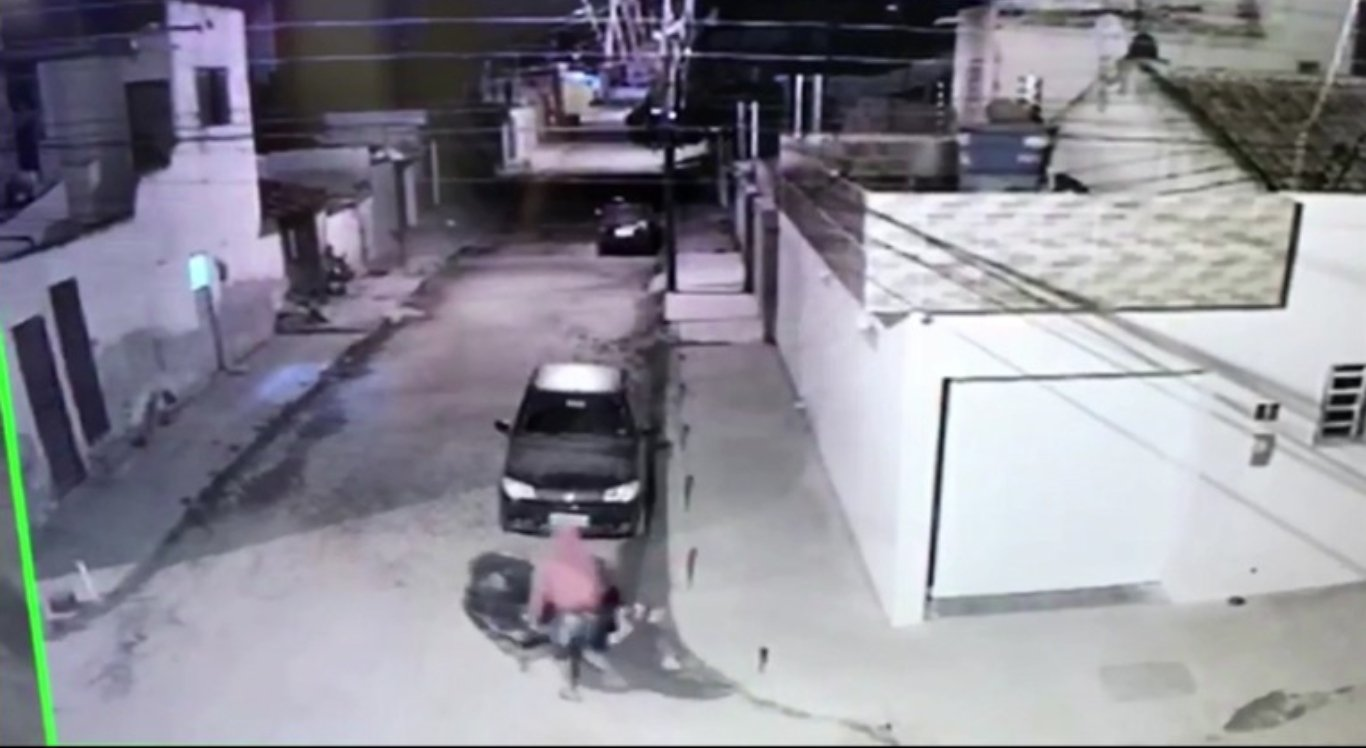 Imagens mostram ação do suspeito