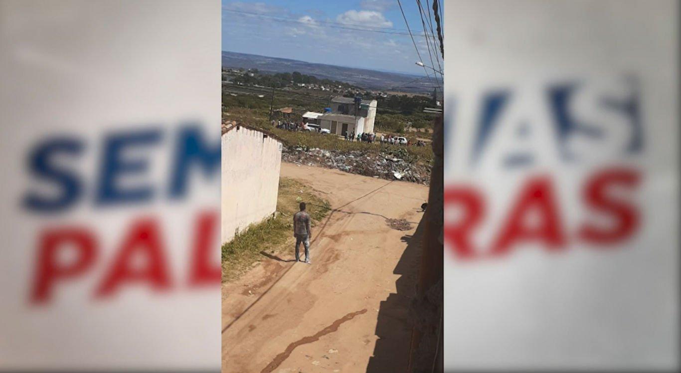 Jovem foi morto a tiros na frente de casa no bairro Massaranduba, em Garanhuns