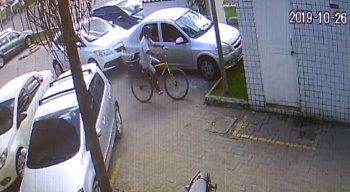 Nas imagens é possível vê o suspeito chegando na unidade em uma bicicleta