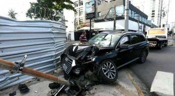 O condutor foi socorrido e encaminhado para um hospital particular do Recife