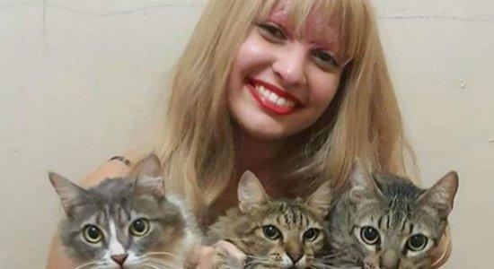 Vítima de acidente em kart posta foto de peruca e ao lado dos gatos