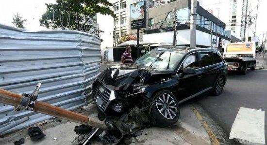 Acidente: motorista fica ferido após colidir com poste em Boa Viagem