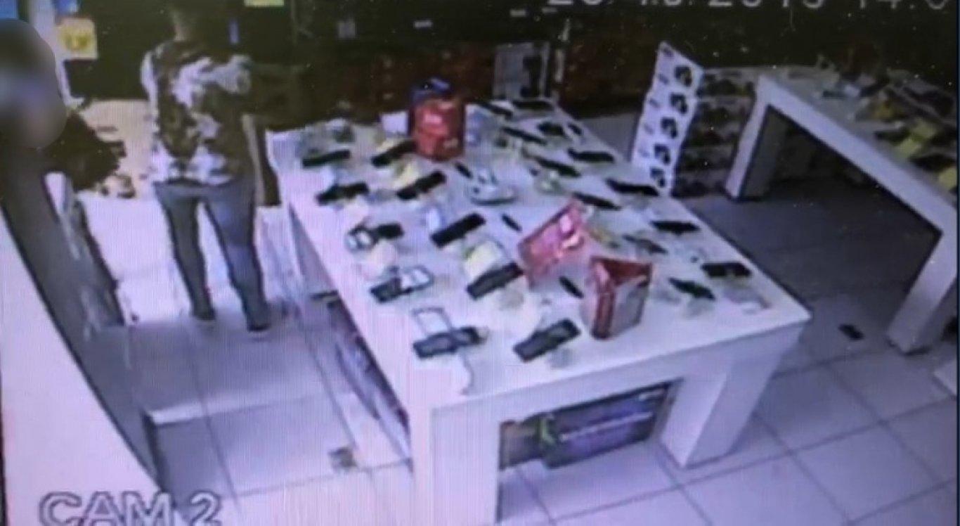 Suspeitos furtaram celulares em loja de Caruaru